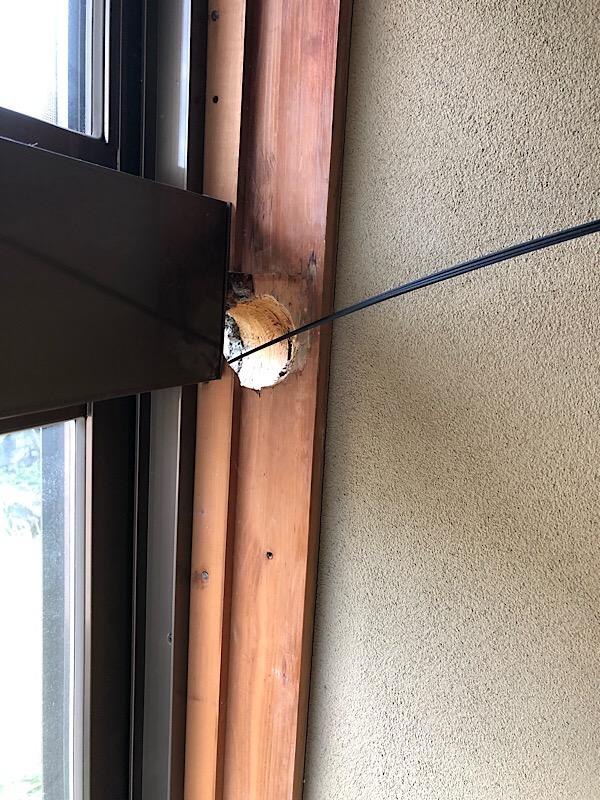 奈良市で配管穴がすごいところにあいているエアコン二台取り付け工事