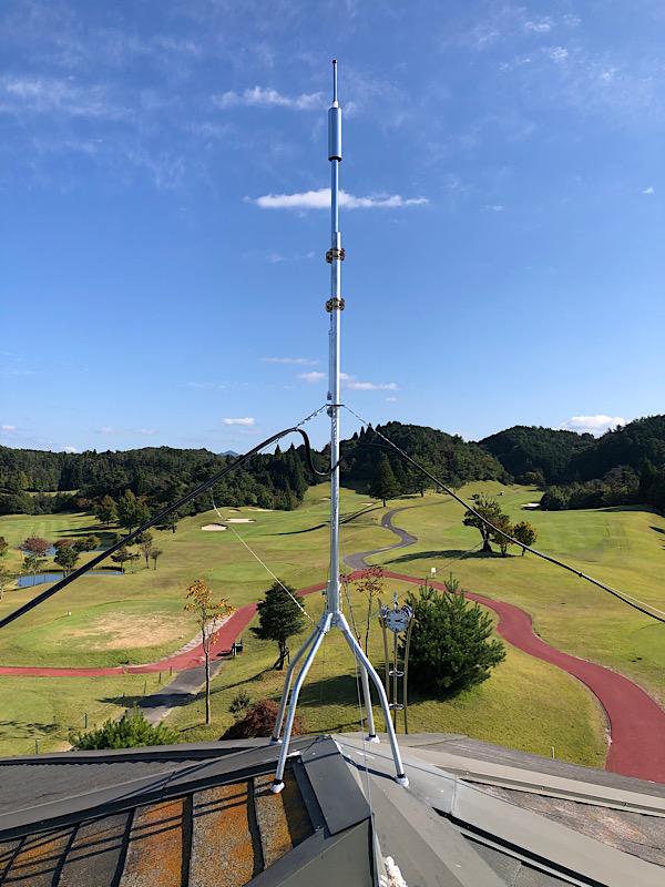 ゴルフ場で無人芝刈り機用アンテナ設置工事